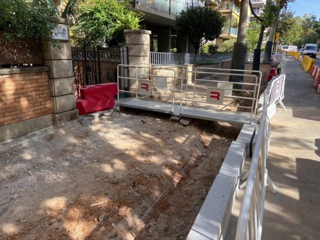 Demolició de vorera. Protecció d'arbrat existent i passeres per accessos a finques